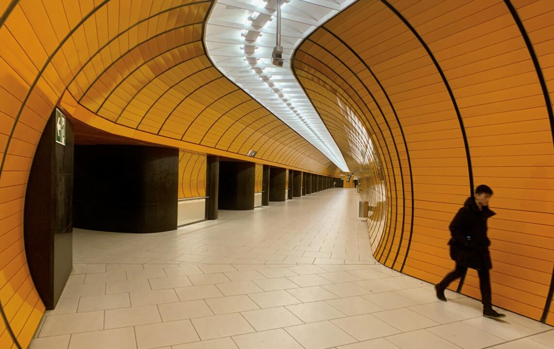 Futuristischer U-Bahn-Tunnel als Beitragsbild zum Leitartikel von Gert Scobel | moment by moment 04/2020 Trauma und Transformation