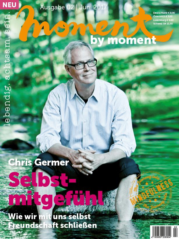 moment by moment 02/2017 Cover Selbstmitgefühl Chris Germer sitzt im Wasser