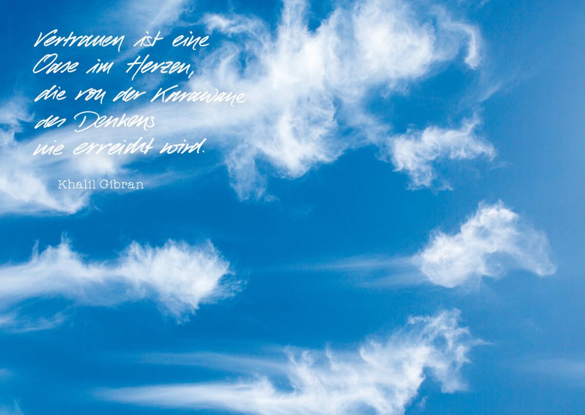 Ein blaue Himmel mit vereinzelten Schleierwolken