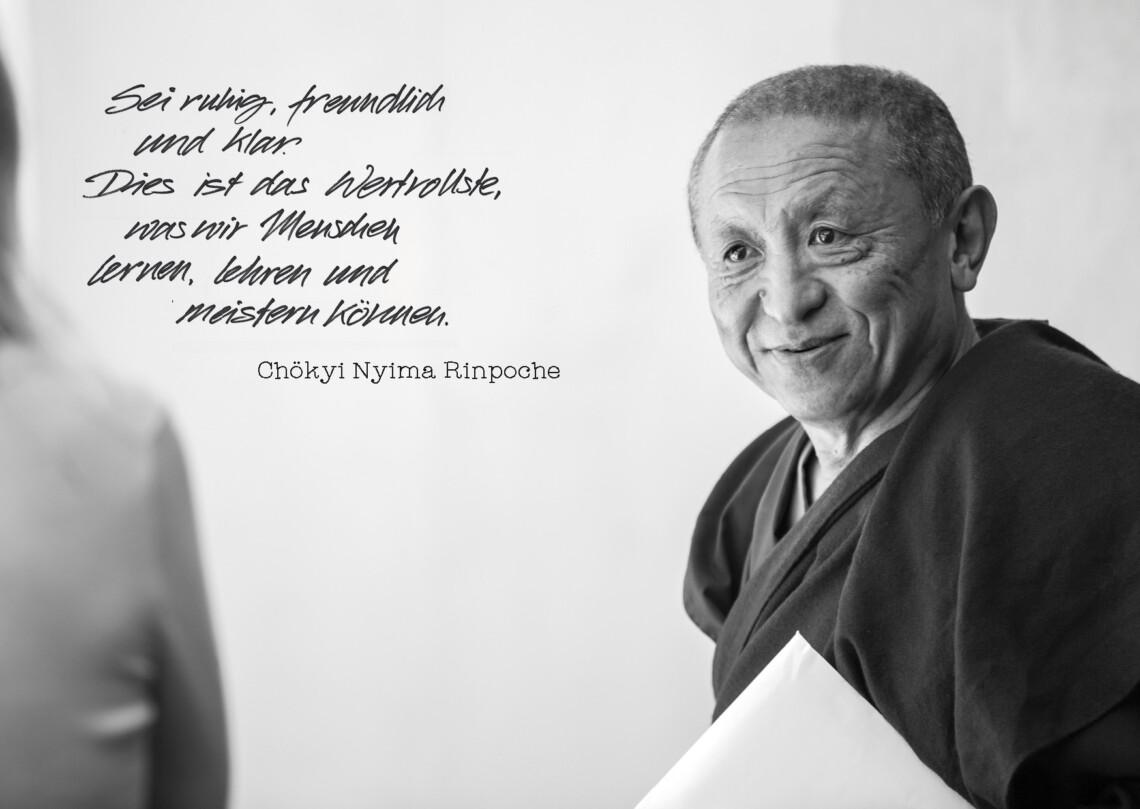 Chokyi Nyima Rinpoche blickt aufmerksam eine Schülerin an