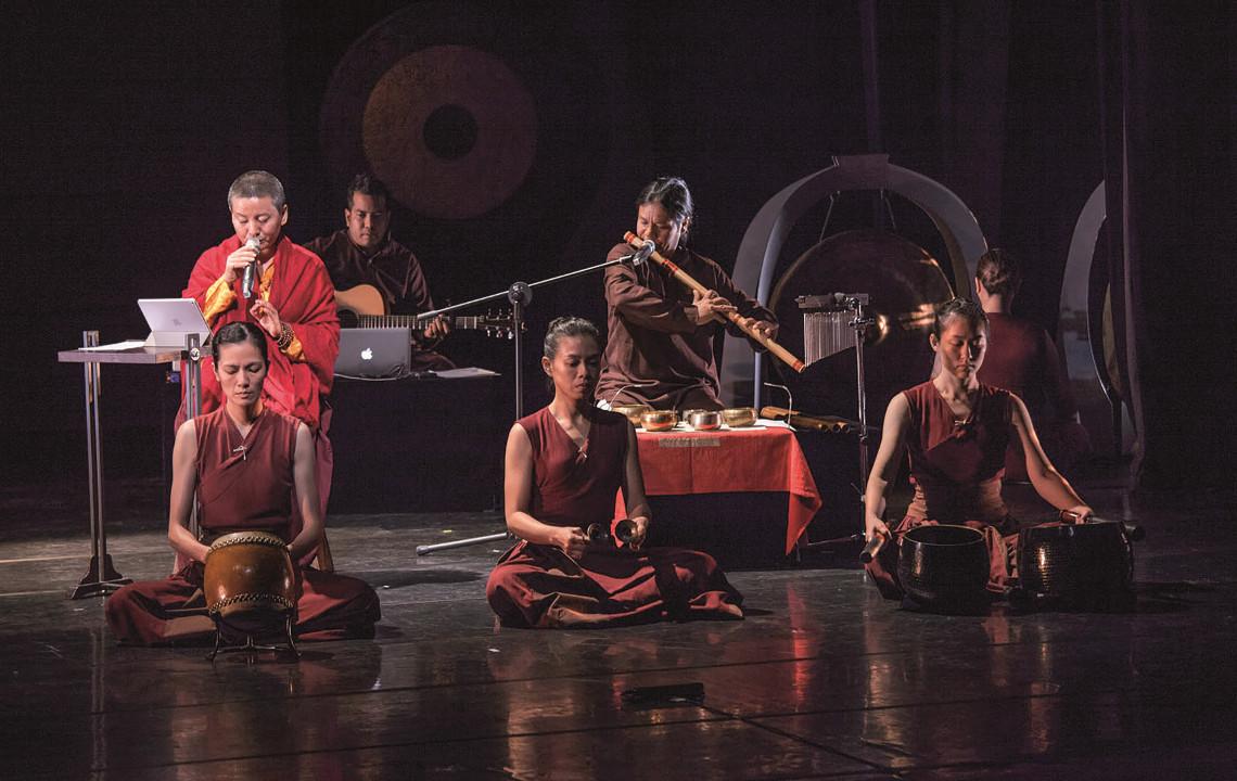 Ani Choying und ihre Band auf der Konzertbühne