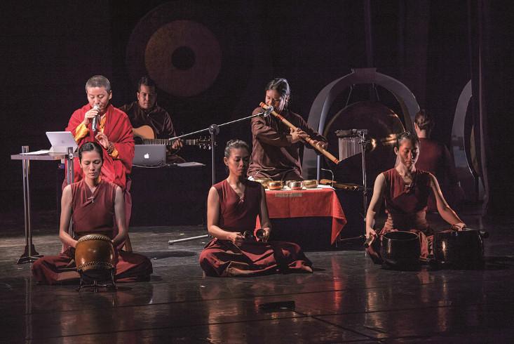 Ani Choying und ihre Band auf der Konzertbühne. Link führt zur Leseprobe Ani Choying Drolma: Nonne und Popstar