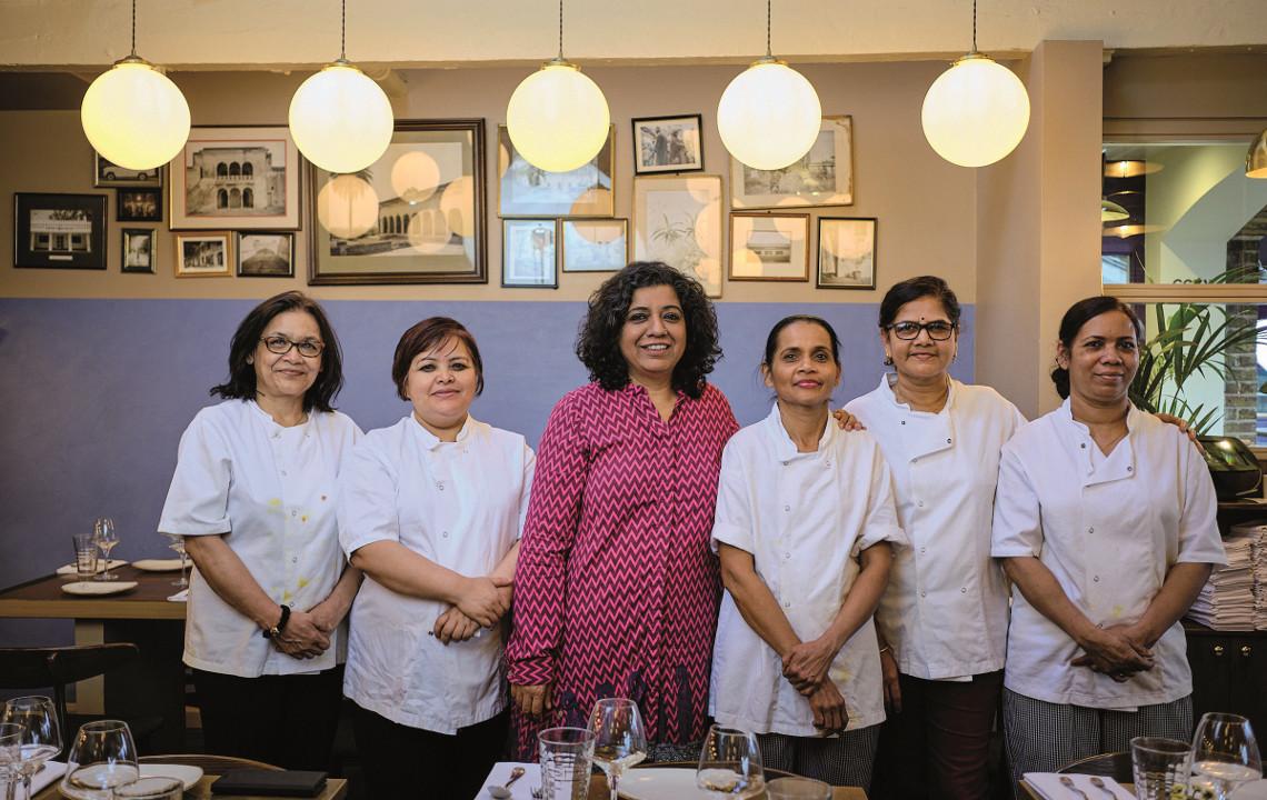 Starköchin Asma Khan in ihrem Restaurant in London umgeben von ihrem Team