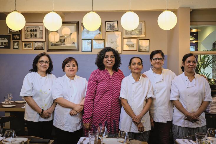 Starköchin Asma Khan in ihrem Restaurant in London umgeben von ihrem Team. Link führt zu Leseprobe Der Geschmack von Freiheit