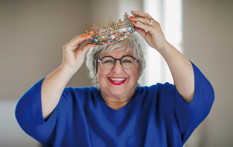 Sabine Asgodom setzt sich eine Krone auf