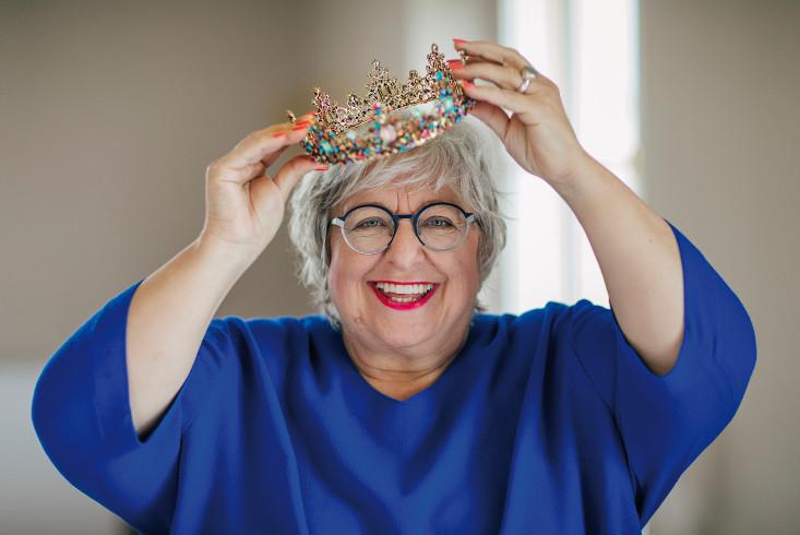 Sabine Asgodom setzt sich eine Krone auf. Link führt zur Leseprobe Queensize leben